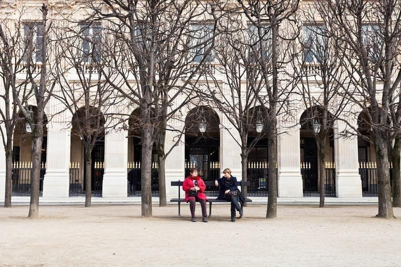 Discussion au Palais Royal