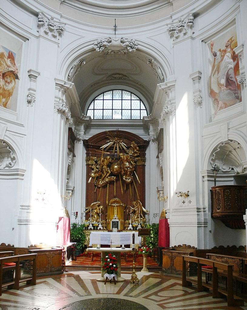 L'intérieur de l'église de la Sainte Trinité