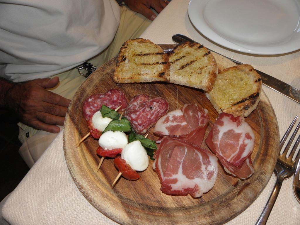 Photo Manger de la charcuterie et du fromage italien à Milan