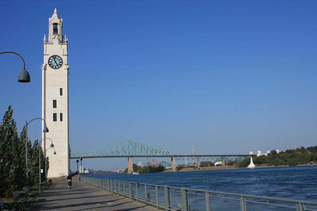 Photo La tour de l'horloge et le parc du bassin Bonsecours au Vieux-Port