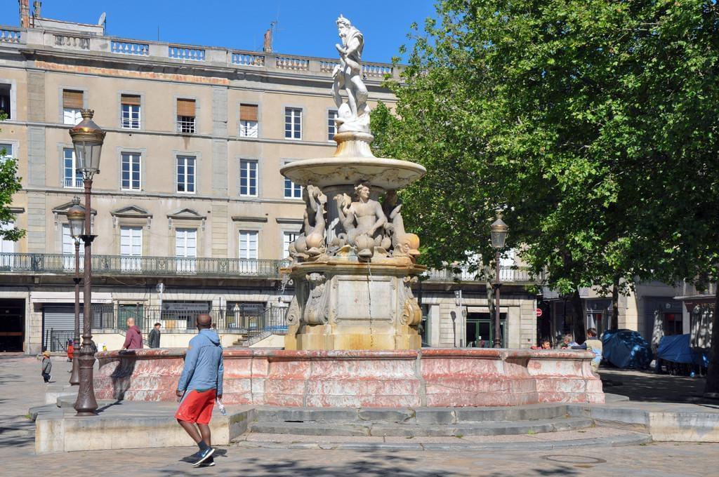 Photo La Place Carnot et son marché, au coeur de Carcassonne